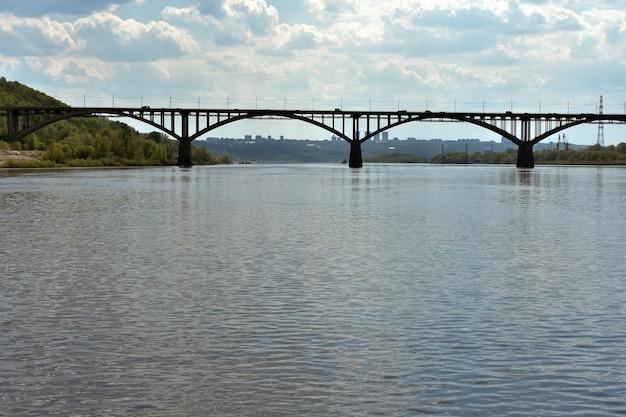 Ponte rodoviária sobre o olho do rio. nizhny novgorod