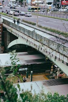 Ponte sobre a estação ferroviária da cidade Foto Premium