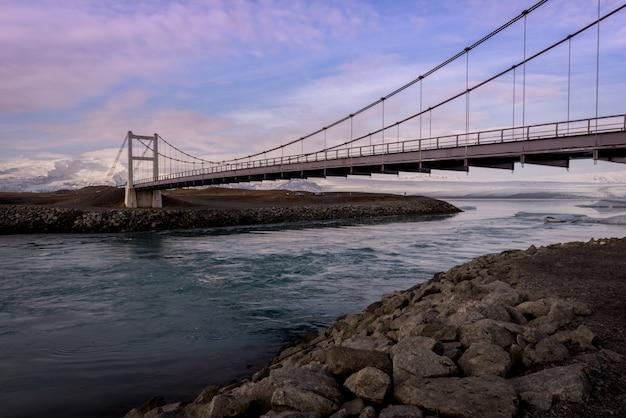 Ponte, sobre, a, jokulsarlon, geleira, lagoa, em, islândia, em, dourado, hora