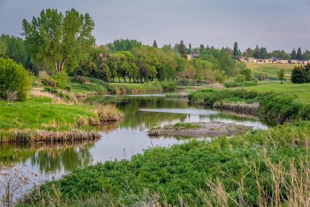 Ponte sobre o córrego atual rápido no campo de golfe de elmwood