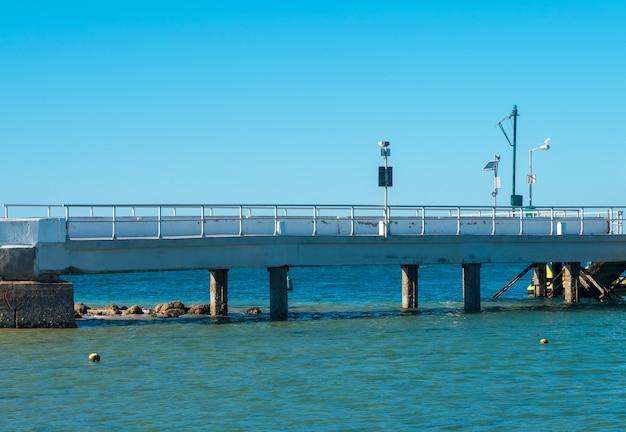 Ponte sobre o mar na ria formosa.