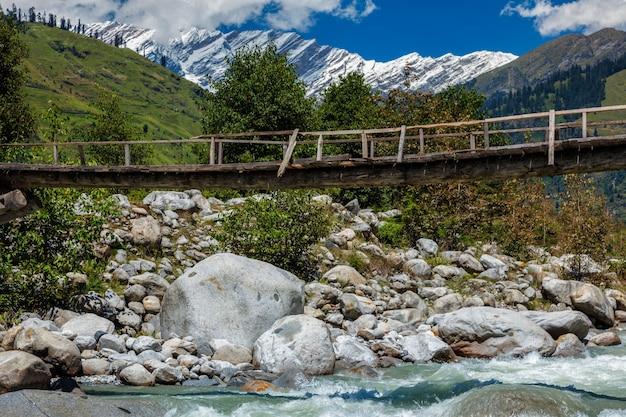 Ponte sobre o rio beas perto de manali kullu valley himachal pradesh índia