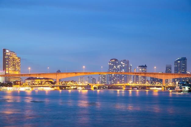 Ponte sobre o rio na cidade de banguecoque.