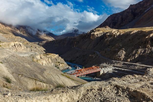 Ponte sobre o rio spiti, vale spiti, himachal pradesh, índia