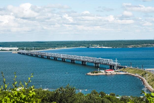 Ponte sobre o rio volga em ulyanovsk.