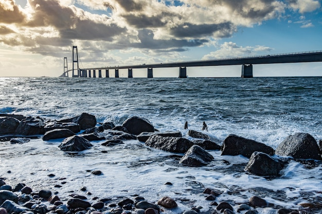 Ponte storebaeltsbroen sobre o mar, dinamarca