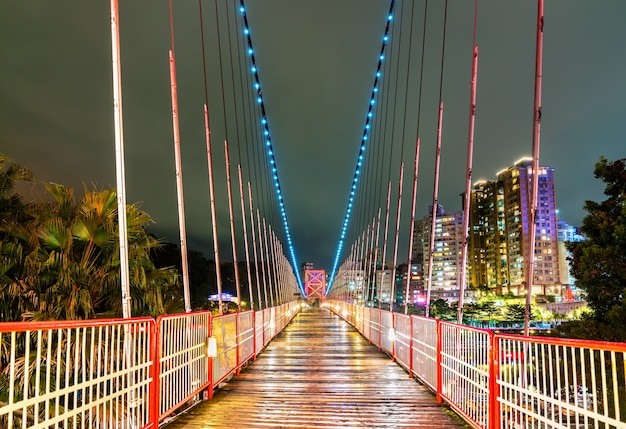 Ponte suspensa de bitan sobre o rio xindian à noite. new taipei city, taiwan