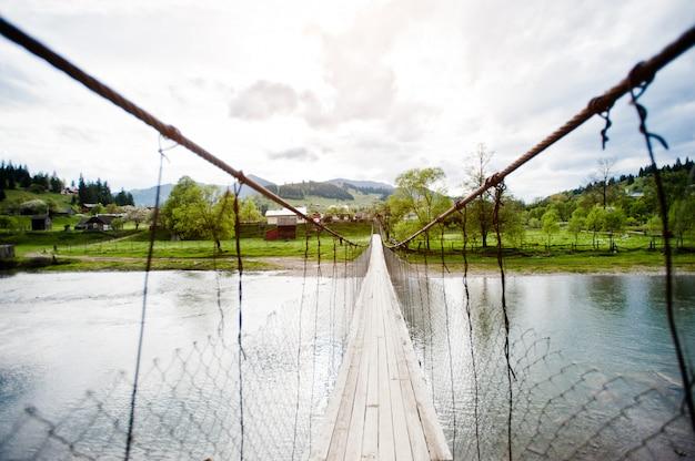 Ponte suspensa de montanha do rio dos cárpatos