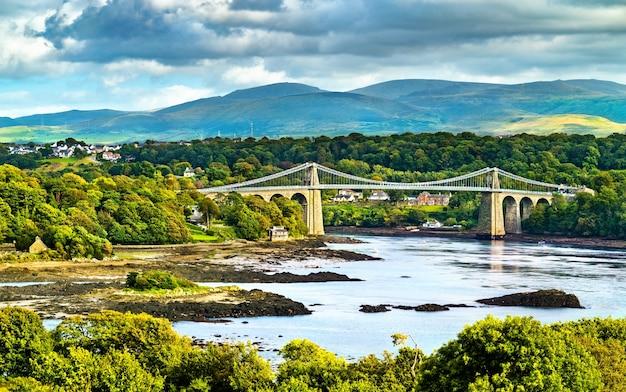 Ponte suspensa menai no país de gales, grã-bretanha