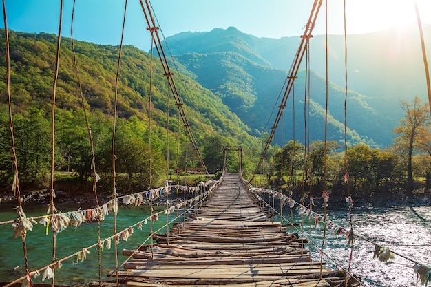 Ponte suspensa sobre o rio bzyb da montanha. abkhazia, a estrada para o lago ritsa.