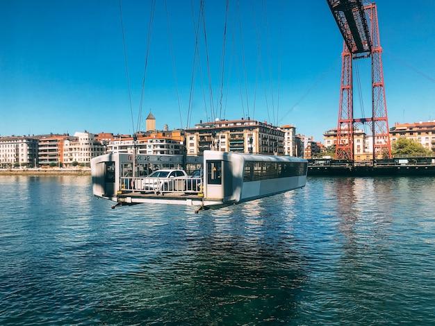 Ponte transportadora contemporânea sobre um rio calmo na cidade portuária