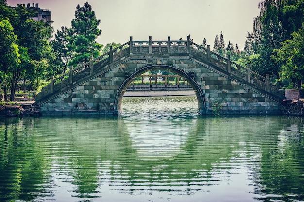 Ponte velha no parque chinês