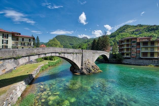 Ponte velha no rio brembo de san pellegrino terme bergamo
