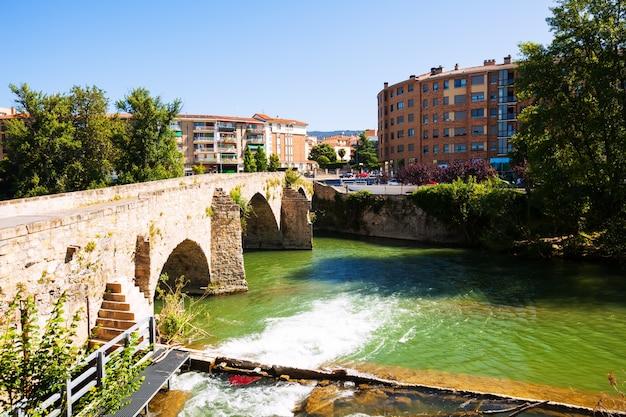 Ponte velha sobre o rio arga em pamplona, navarra