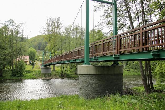 Ponte verde e de madeira