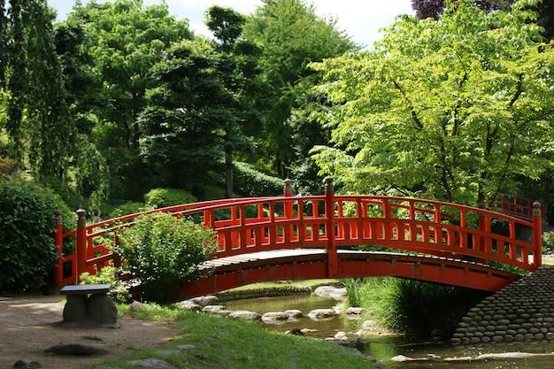 Ponte vermelha em um jardim japonês