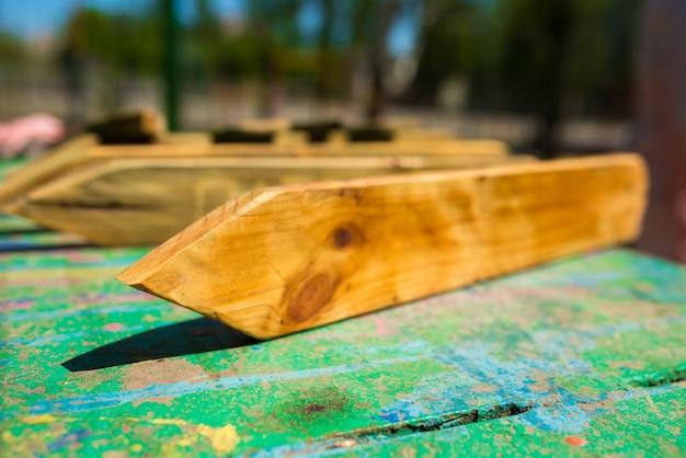 Ponteiros de madeira em mesa de metal