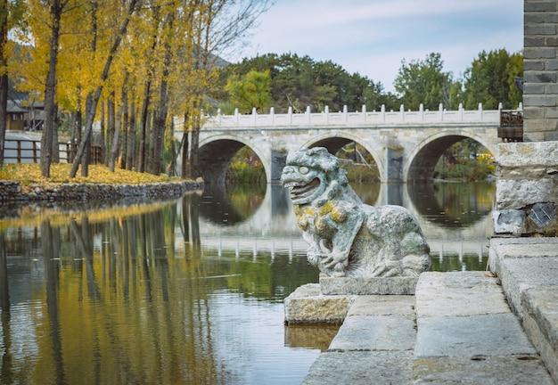 Pontes antigas em pedra de pedra chinesa e esculturas de pedra