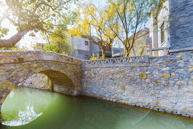 Pontes de ardósia, edifícios antigos e históricos