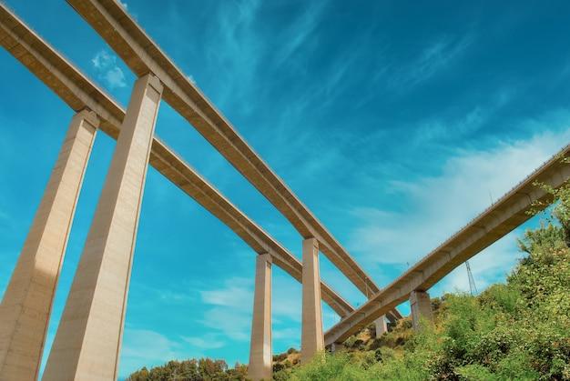 Pontes de autoestradas vistas de baixo
