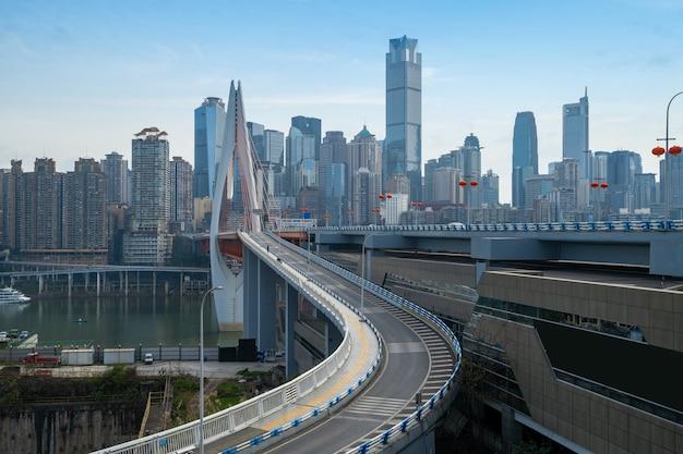 Pontes, rodovias e horizontes urbanos em chongqing, china