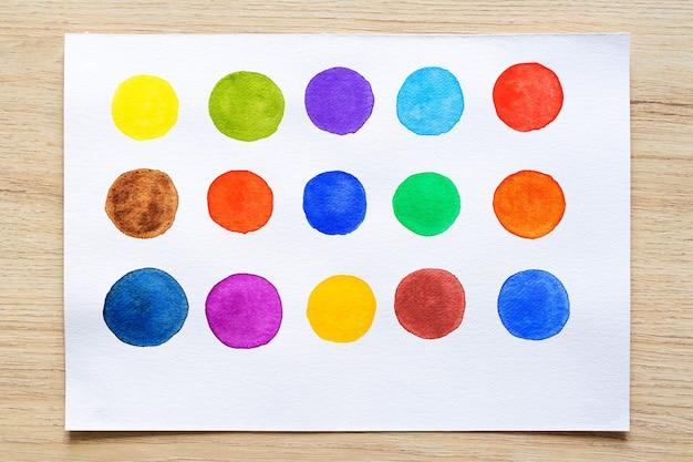 Ponto colorido de aquarela em papel branco. conjunto de listras de pincel em aquarela. traços de tinta. pincelada tipo plana. fechar-se.