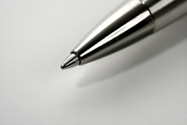 Ponto de caneta cinza prata macro rolo sobre branco