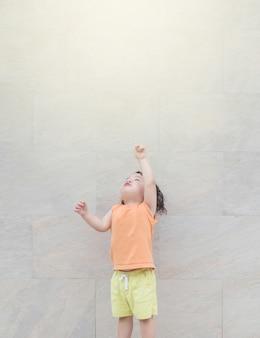 Ponto de criança asiática closeup para copiar o espaço