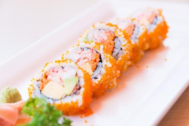 Ponto de foco seletivo califórnia rolo maki sushi