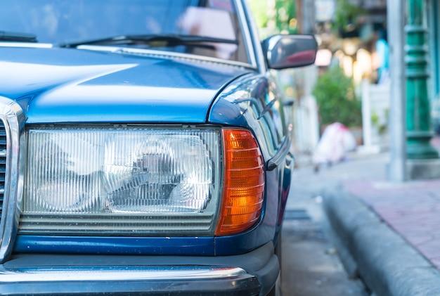 Ponto de foco seletivo no carro da lâmpada do farol