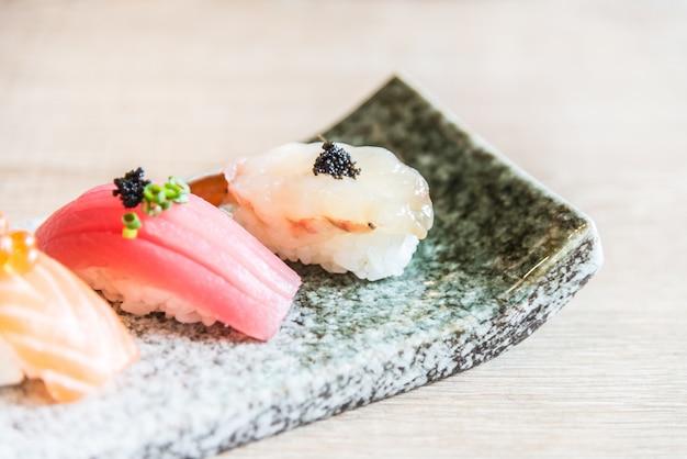 Ponto de foco seletivo no rolo de sushi