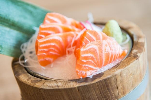 Ponto de foco seletivo raw sashimi de salmão fresco