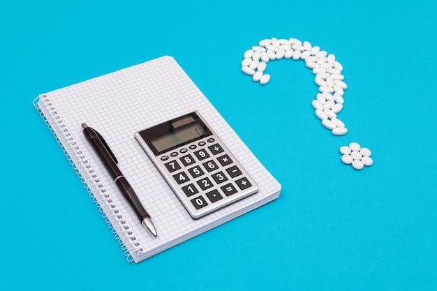 Ponto de interrogação branco e calculadora indústria farmacêutica e medicamentos