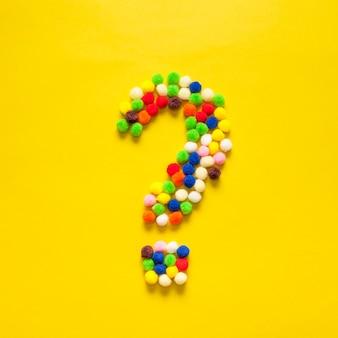 Ponto de interrogação colorido de bolas de algodão