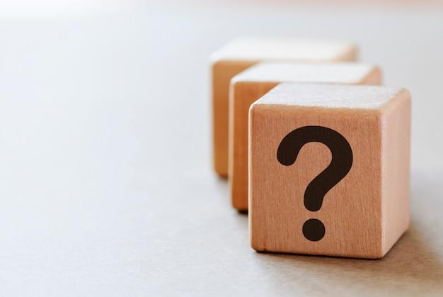 Ponto de interrogação em pequenos dadinhos de madeira