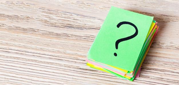 Ponto de interrogação escrito em bilhetes de lembrete