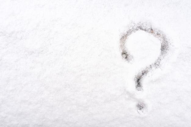 Ponto de interrogação escrito na neve branca e fresca no inverno