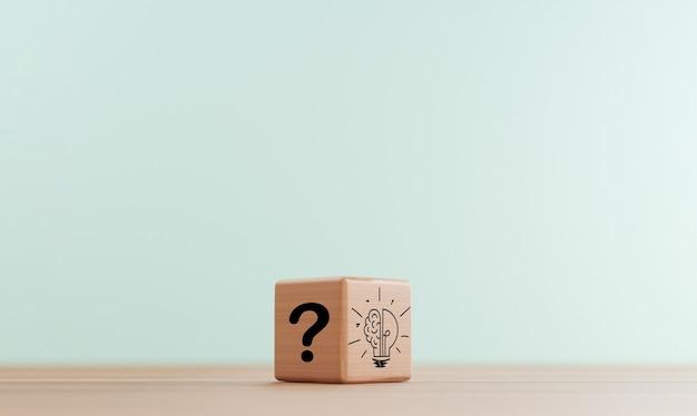 Ponto de interrogação no bloco de madeira do lado escuro e lâmpada acesa para o problema de pensamento e solução inteligente. é a ideia de pensamento criativo e o conceito de inovação em 3d render.