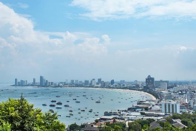 Ponto de opinião da arquitectura da cidade de praias de pattaya, tailândia.