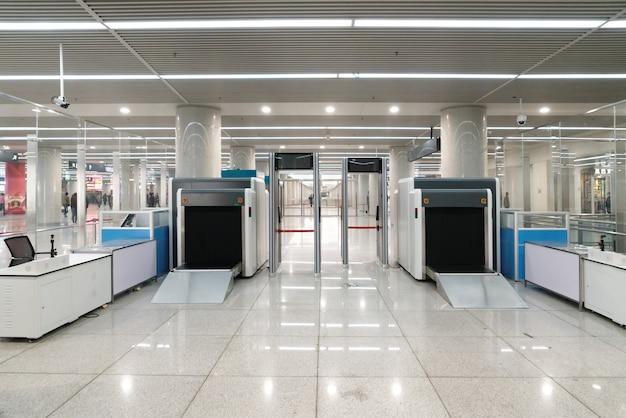 Ponto de verificação de segurança do aeroporto com detector de metais