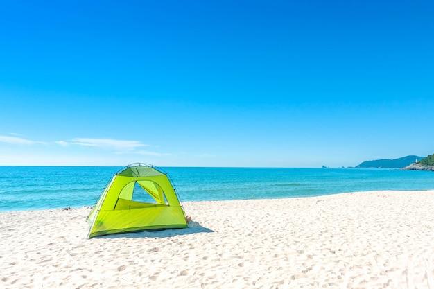 Ponto de vista da paisagem do abrandamento da luz do dia do sol da areia do céu azul da praia do mar na praia de haeundae no verão em busan em coreia.