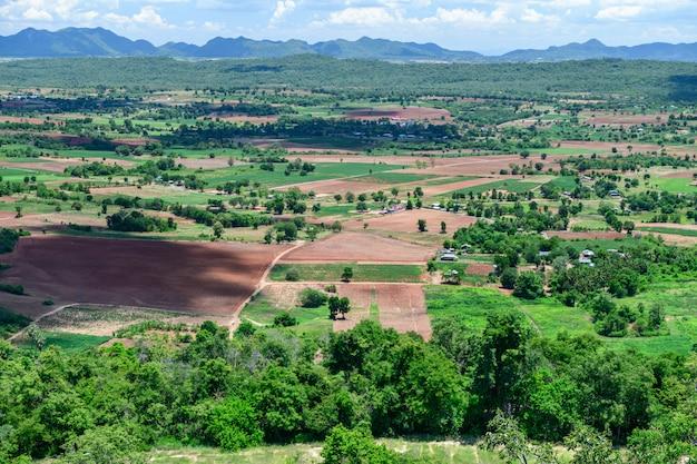 Ponto de vista da paisagem em wat pa phu hai long em pak chong, nakhon ratchasima. tailândia.