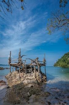 Ponto de vista de madeira com vista para o mar