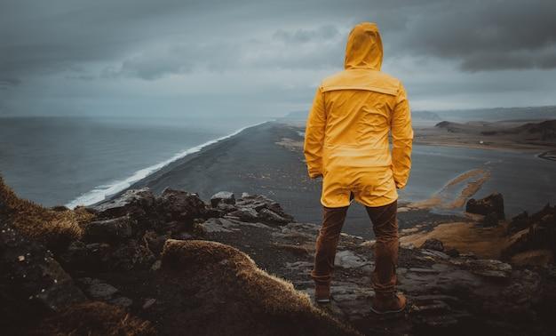 Ponto de vista de praia preta em reynisfjara, islândia