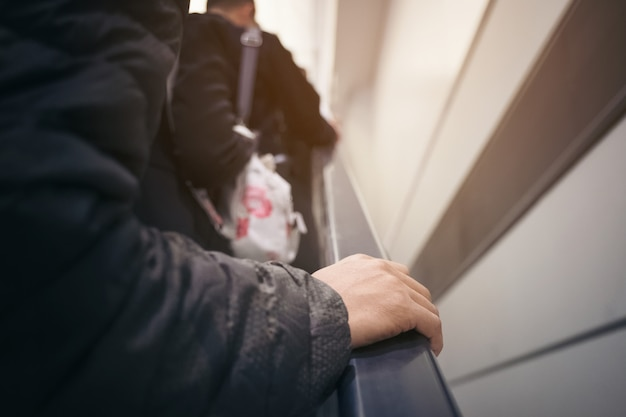 Ponto de vista de um homem andando em uma escada rolante