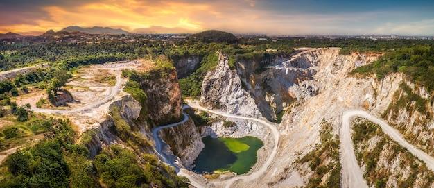 Ponto de vista do grand canyon na atração turística do passado da mina de minério na hora do pôr do sol