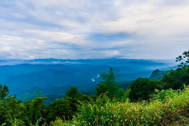 Ponto de vista do mar de névoa, bela vista para a montanha com nevoeiro, cena do nascer do sol, doi samer dao
