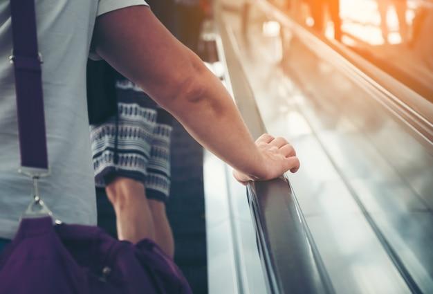 Ponto de vista dos homens numa escada rolante