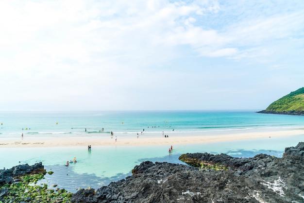 Ponto de vista na praia do hamdeok na ilha de jeju.