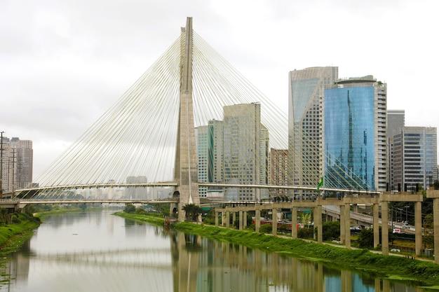 Ponto turístico da cidade de são paulo reflexo da ponte estaiada no rio pinheiros, brasil